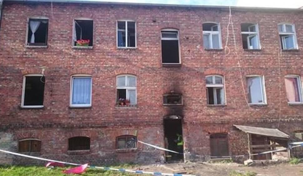 Film do artykułu: Pożar w kamienicy w Lęborku 1.10.2018. 12 osób trafiło do szpitala po pożarze kamienicy na ulicy Pileckiego. 3 dzieci w ciężkim stanie