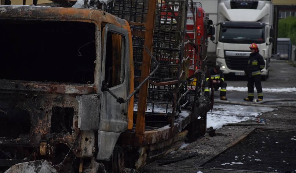 Film do artykułu: Pożar w Żywcu ZDJĘCIA z pogorzeliska. Bilans pożaru magazynów z chemikaliami to ranny strażak, 16 spalonych aut, kilkusettysięczne straty