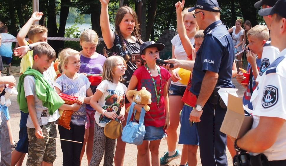 Film do artykułu: Policjanci kontrolują miejsca letniego wypoczynku [WIDEO, ZDJĘCIA]
