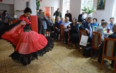 W brzeskiej świetlicy romskiej posłowie mogli obejrzeć występy muzyków i tancerzy, skosztowali cygańskich potraw, a potem dyskutowali o problemach R