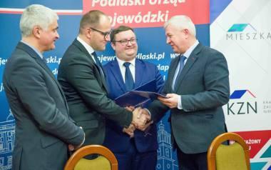 Wiceminister Tomasz Żuchowski (drugi z lewej)  i burmistrz Jerzy Sirak (z prawej) podpisali list intencyjny
