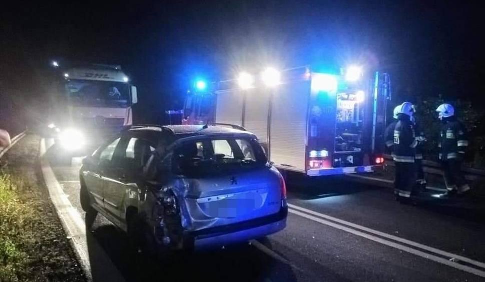 Film do artykułu: Nocne zderzenie wielkiego ciągnika siodłowego z osobowym autem w gminie Kunów (ZDJĘCIA)