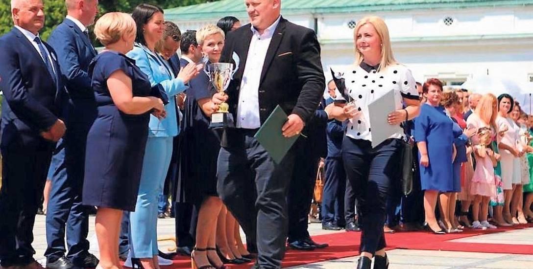 Państwo Joanna i Konrad Fujarscy w Belwederze odbierają zasłużoną nagrodę