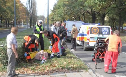 Samochód potrącił dwie osoby na przejściu dla pieszych. Sprawca uciekł
