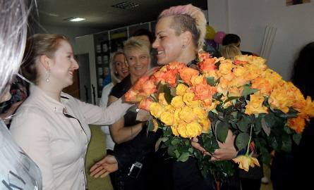 Sylwia Reichel-Wilczewska wprost z podróży z USA do Polski, witana przez szczęśliwych klubowiczów Cross Gym Grudziądz