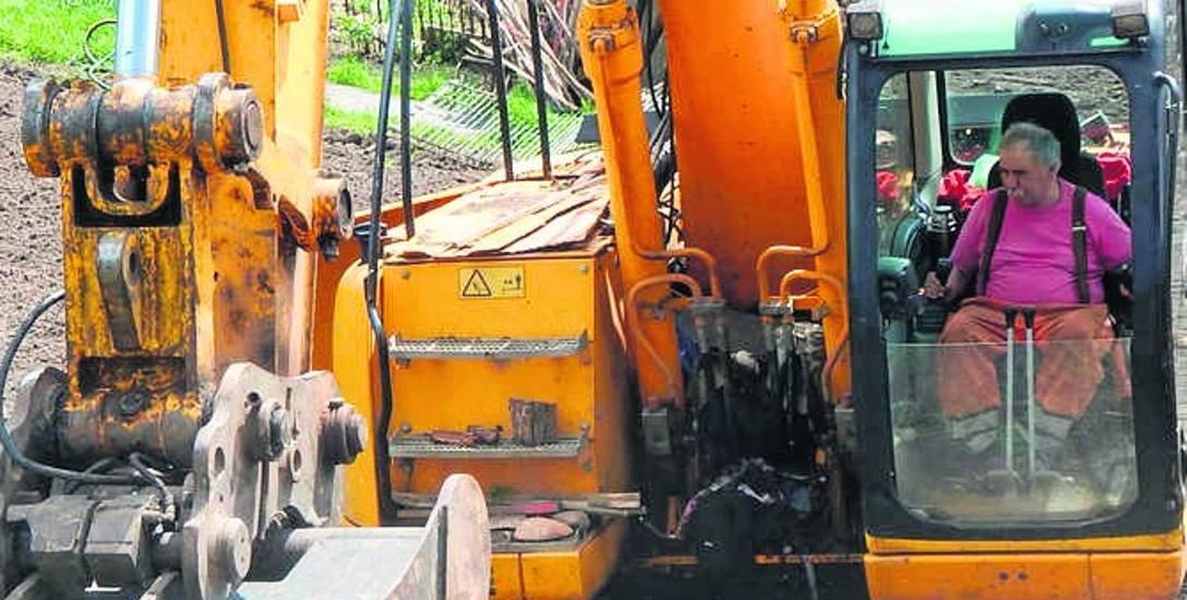Obecnie prace koncentrują się głównie przy budowie skarp, które znajdą się na poboczach drogi. Trzeba je odtworzyć od  zera