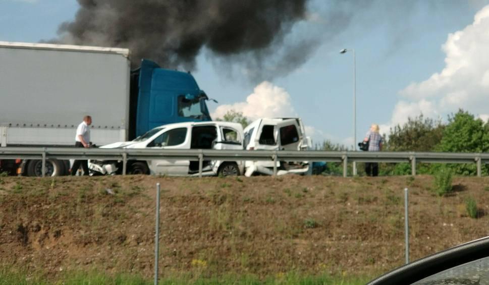 Film do artykułu: Porosły: Karambol 7 samochodów na S8. Na trasie Białystok - Warszawa zapaliła się naczepa (zdjęcia, wideo)