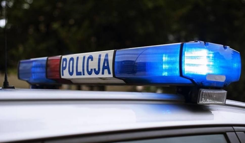 Film do artykułu: Osobowe auto uderzyło w barierę energochłonną i zapaliło się w Szprotawie. Są utrudnienia na drodze nr 12. Wyznaczono objazd