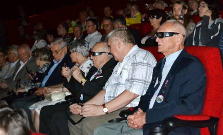 Film jest w wersji 3D i widzowie założyli specjalne okulary