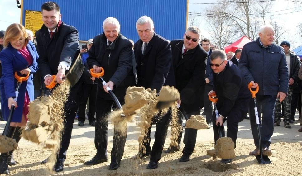 Film do artykułu: Nowy most na Wiśle połączy Świętokrzyskie z Małopolską. Jest pierwsza łopata!  [ZDJĘCIA]
