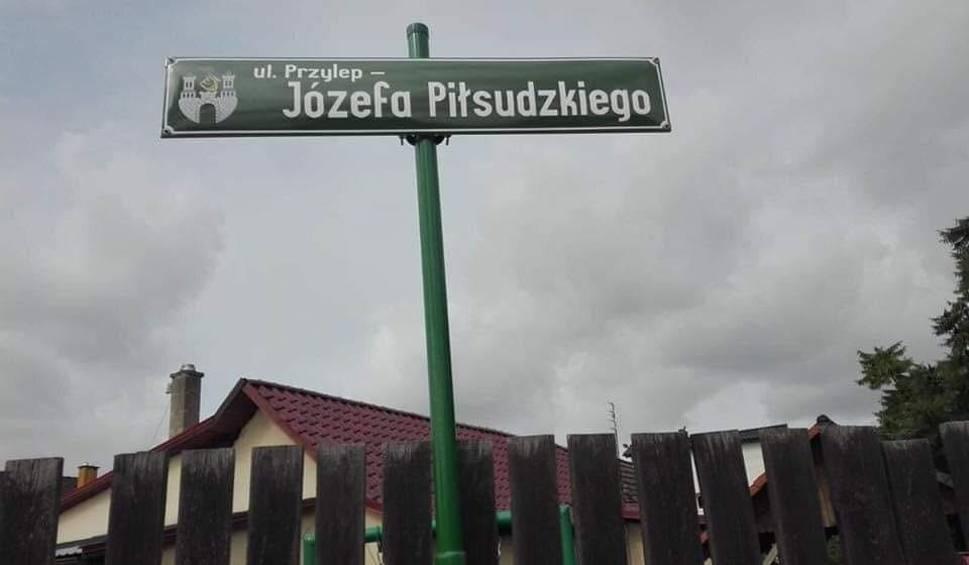 """Film do artykułu: Ul. """"Przylep - Józefa Piłsudzkiego"""" - czytamy na tablicy informacyjnej w Przylepie. To ortograficzny horror. Internety się z nas śmieją"""
