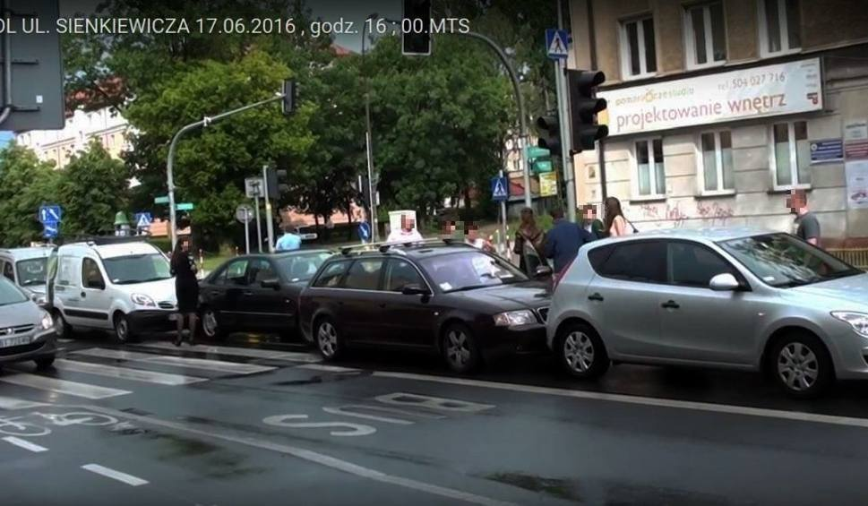 Film do artykułu: Karambol na Sienkiewicza. Pięć aut uszkodzonych (wideo)