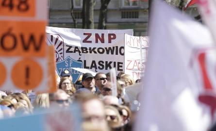 Protest nauczycieli i pracowników oświaty pod Ministerstwem Edukacji Narodowej 23 kwietnia w Warszawie