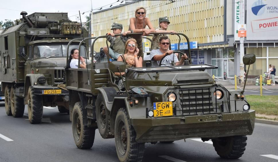Film do artykułu: Parada pojazdów militarnych w centrum Gorzowa [WIDEO]