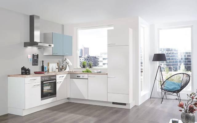 Białe meble kuchenne o matowym wykończeniu wyglądają też bardziej neutralnie niż te z połyskiem, a przez to bardzo dobrze sprawdzają się w kuchniach