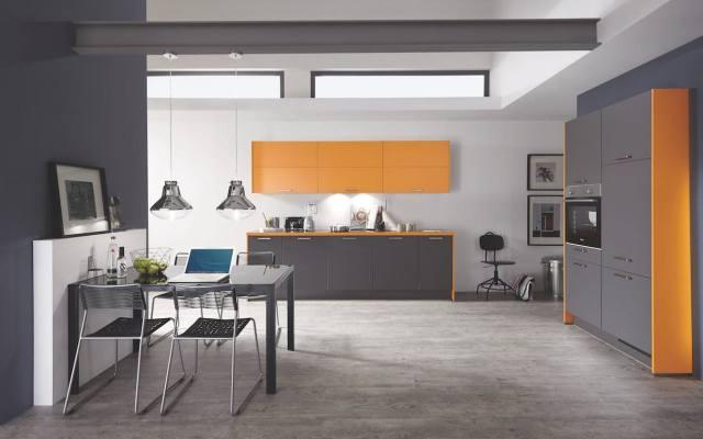 Aranżacja wnętrza z wykorzystaniem koloru pomarańczowego pobudza do działania i dodaje energii. Barwa ta nie tylko ociepla wnętrze, ale także nastraja