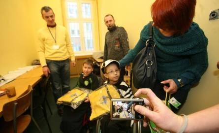 Chłopcy dostali prezenty od funkcjonariuszy.