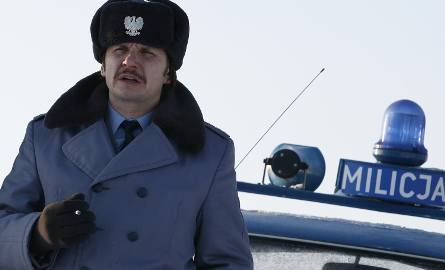 """""""Dom zły""""Bieszczady, zimowy dzień stanu wojennego. W związku ze śledztwem w sprawie morderstwa zespół operacyjno-dochodzeniowy pod"""