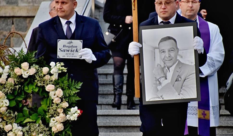 Film do artykułu: Pogrzeb Bogdana Sawickiego. Pożegnaliśmy wielkiego dziennikarza, radiowca, przyjaciela. Beata Tadla: Odszedł dobry, ciepły człowiek [WIDEO]