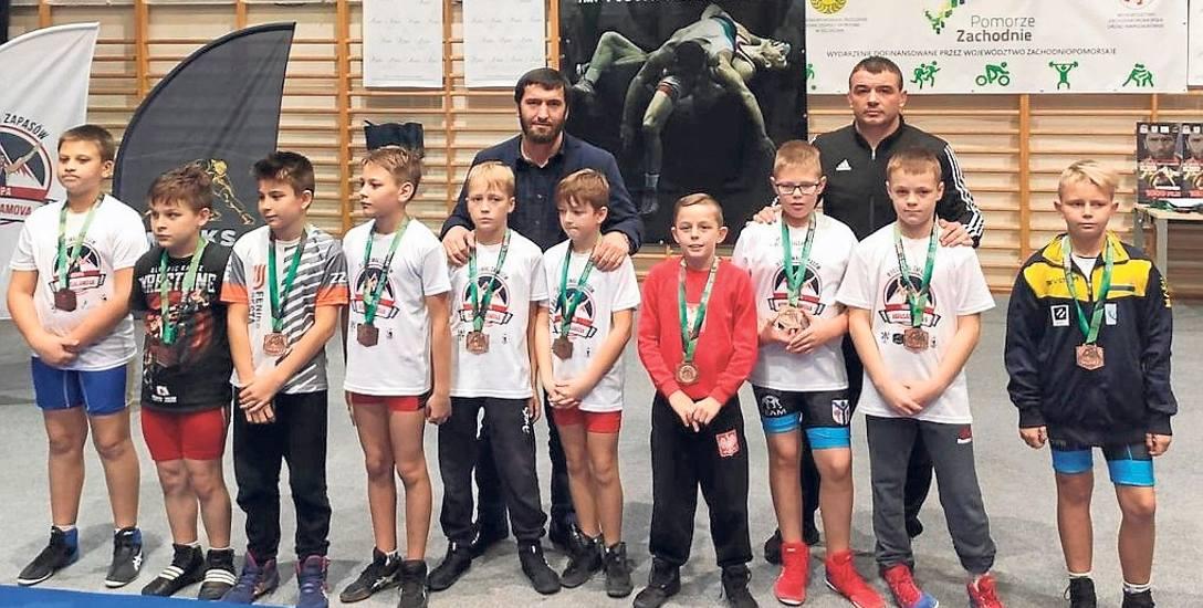 Medaliści turnieju w Karlinie z trenerem Jusupem Abdusałomowem i wicemistrzem Europy z 2013 r. Kamilem Skaskiewiczem (w czarnym dresie)