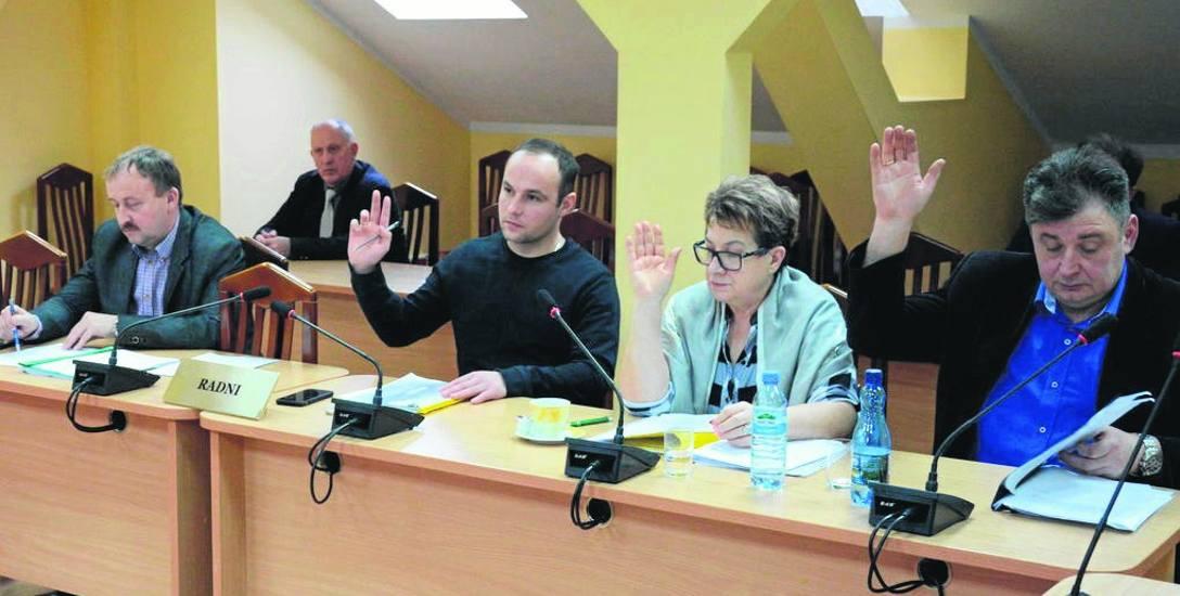 W sprawie podwyżki dla zastępcy Romuald Kurzątkowski (z lewej), jako jedyny wstrzymał się od głosu. Nie głosowali Andrzej Szczechowiak (wyszedł z sali)