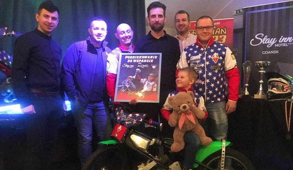 """Film do artykułu: Dorian Biedrzycki - ma 6 lat, pluszowego misia i... jeździ na żużlu. """"To fajny sport, bo można robić drifty"""""""