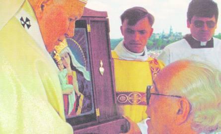 W 1997 roku w Krakowie obraz ukoronował Jan Paweł II. Ks. proboszcz Ryszard Juszczak dziękuje za to papieżowi