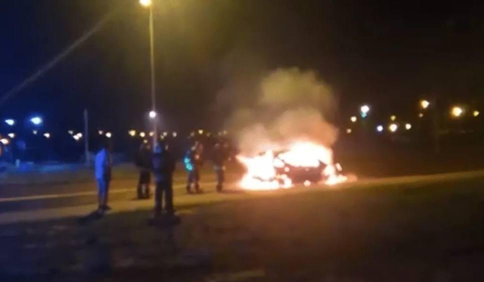 Film do artykułu: Samochód zapalił się podczas jazdy na ul. Złotego Smoka w Gorzowie. Był jak płonąca kula