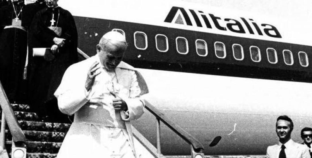 Przylot z Rzymu i powitanie Jana Pawła II na lotnisku Okęcie w Warszawie, 2 czerwca 1979 r.