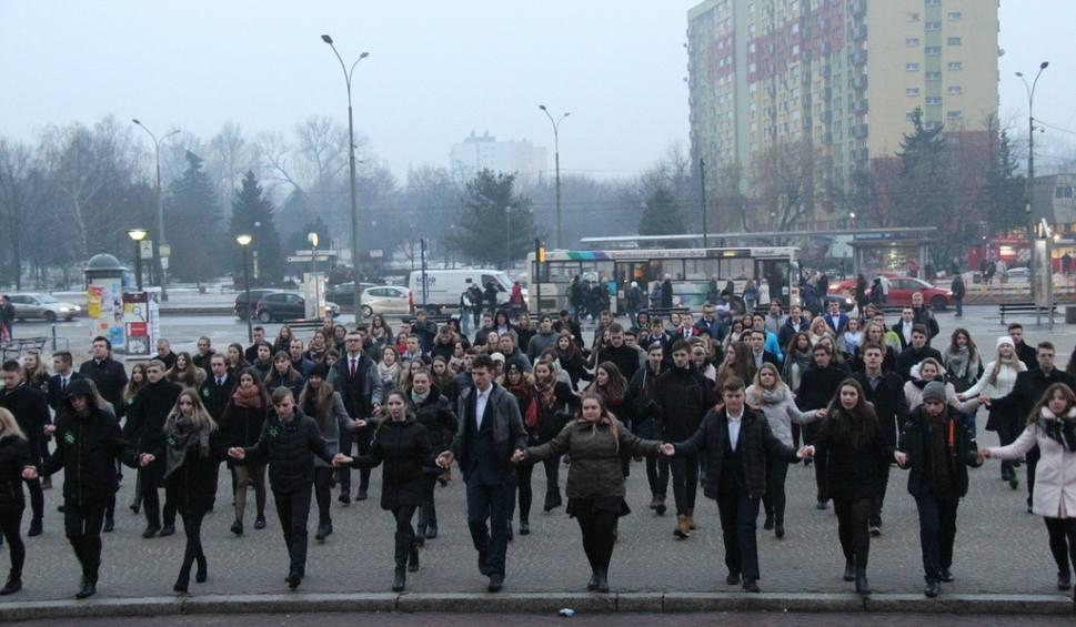 Film do artykułu: Dąbrowa Górnicza: ponad sto par maturzystów zatańczyło poloneza WIDEO, ZDJĘCIA