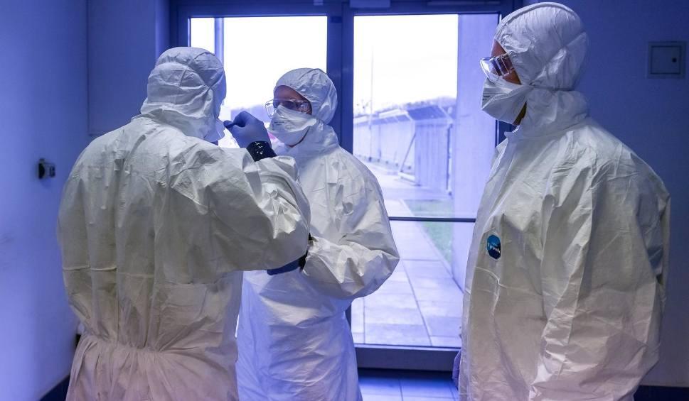 Film do artykułu: Koronawirus na Pomorzu: 1050 nowych zakażeń koronawirusem w ciągu doby. Aktualny raport i wykresy online 26.02.2021 r.