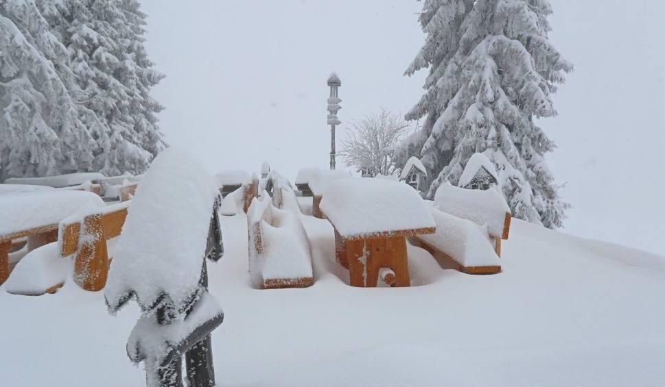Film do artykułu: IMiGW wydał ostrzeżenie przed intensywnymi opadami śniegu na południu województwa śląskiego. Miejscami spadnie od 15 do 20 cm śniegu