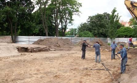 Archeolodzy odkopują dzięwiętnastowieczny blok koszarowy. Prace potrwają jeszcze 2 miesiące.