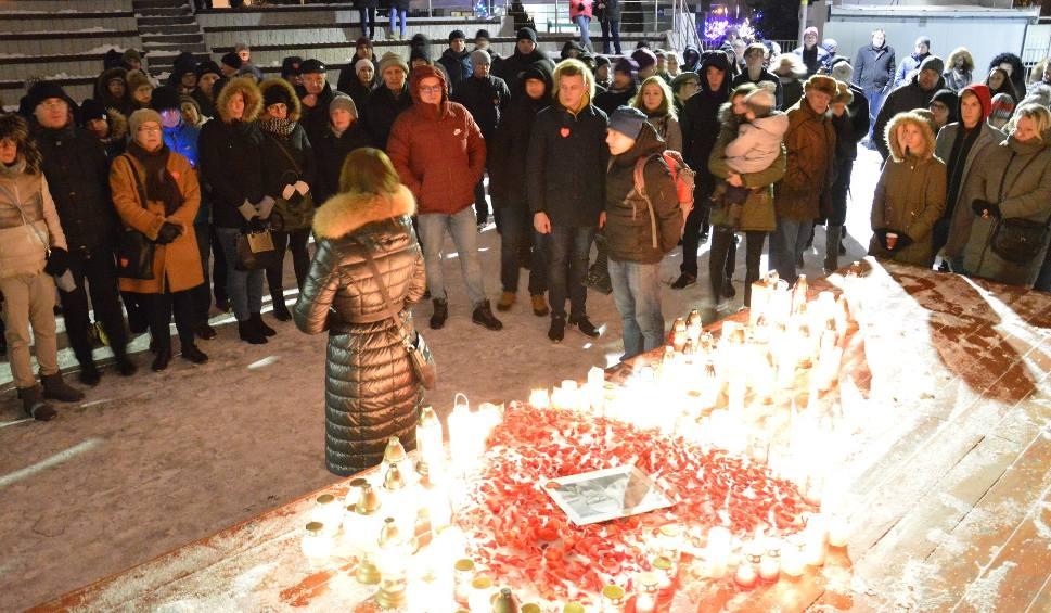 Film do artykułu: Mieszkańcy Stalowej Woli i Tarnobrzega w milczeniu oddają hołd zmarłemu prezydentowi Gdańska
