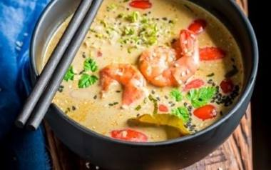 Kuchnia tajska. Jak zrobić zupę z krewetkami w stylu tajskim? [PORADNIK, PRZEPIS]