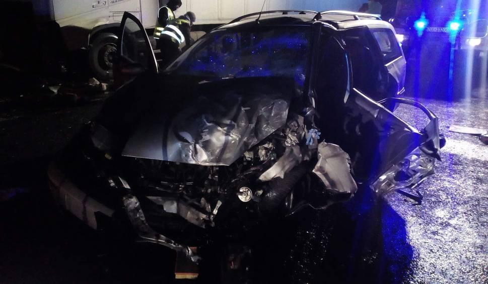 Film do artykułu: Śmiertelny wypadek na DK 6 na trasie Goleniów - Nowogard. Czołowe zderzenie osobówki i samochodu ciężarowego