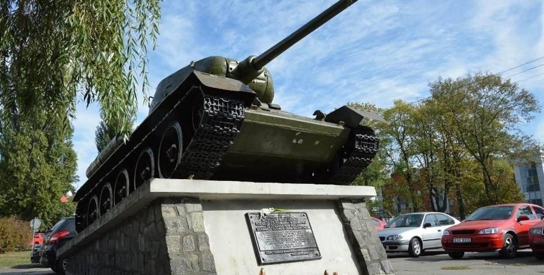 Pomnik już zburzony. Czy czołg bez tablicy zostanie na skwerze?