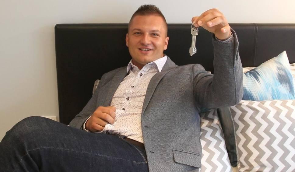 """Film do artykułu: Laureat loterii """"Mieszkanie za Czytanie"""" odebrał już klucze do swojego mieszkania [ZDJĘCIA, WIDEO]"""