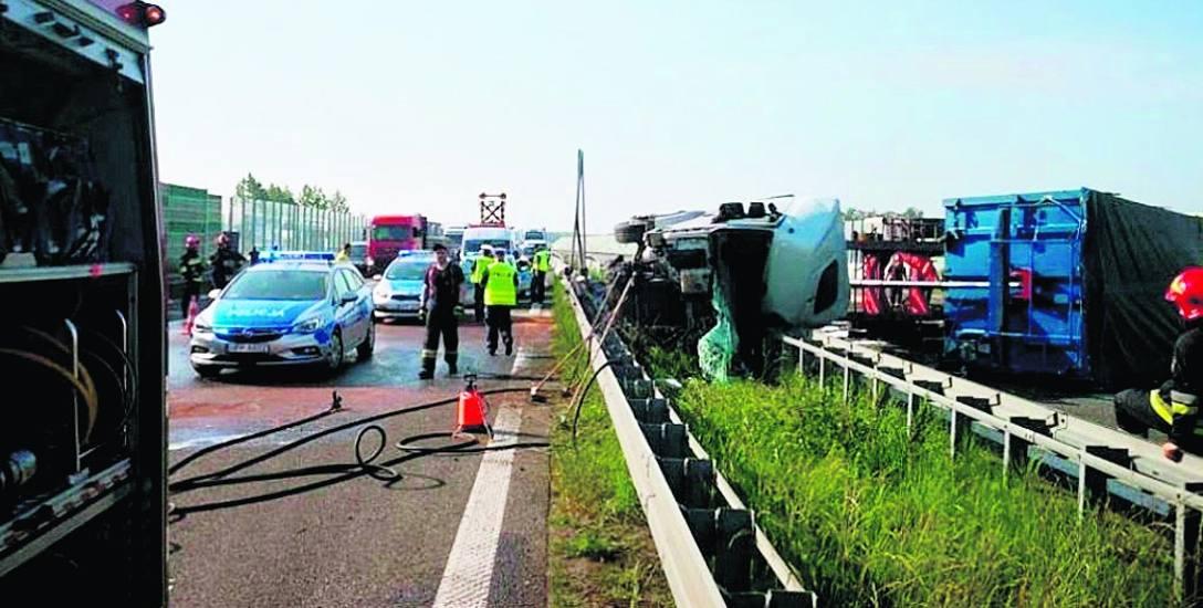 Przewrócona ciężarówka zablokowała autostradę A4 na kilka godzin. Kierowca trafił do szpitala