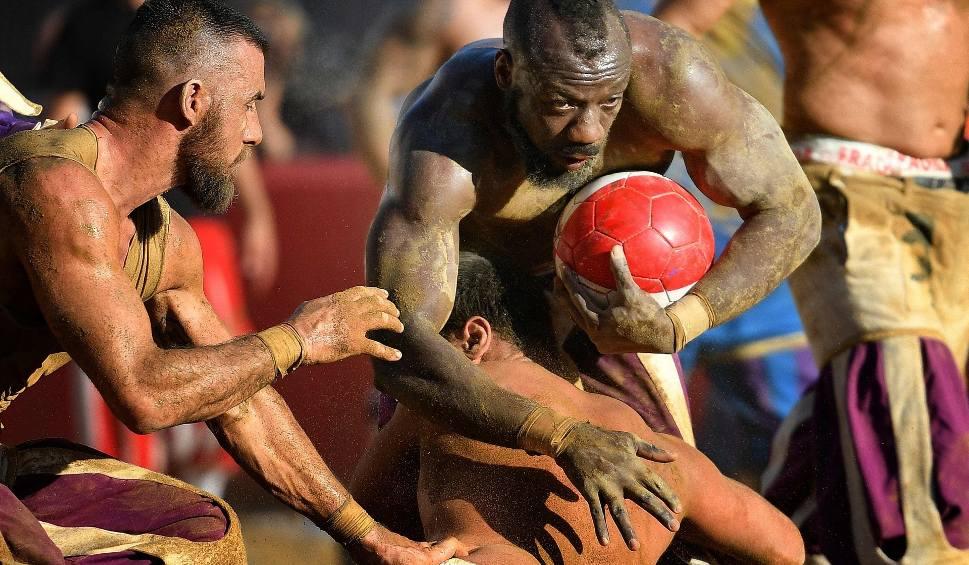 Film do artykułu: Brutalne połączenie piłki nożnej z rugby i MMA. We Florencji odbył się turniej calcio storico
