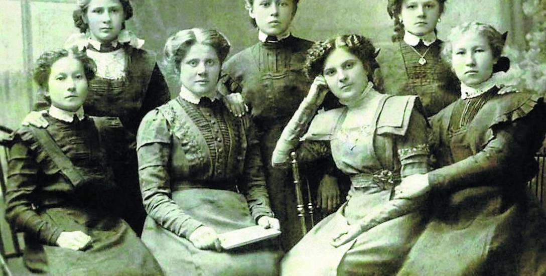 Starannie dopracowane suknie były prawdziwym kunsztem. Z podziwem patrzymy jak pięknie  ubierały się białostoczanki.