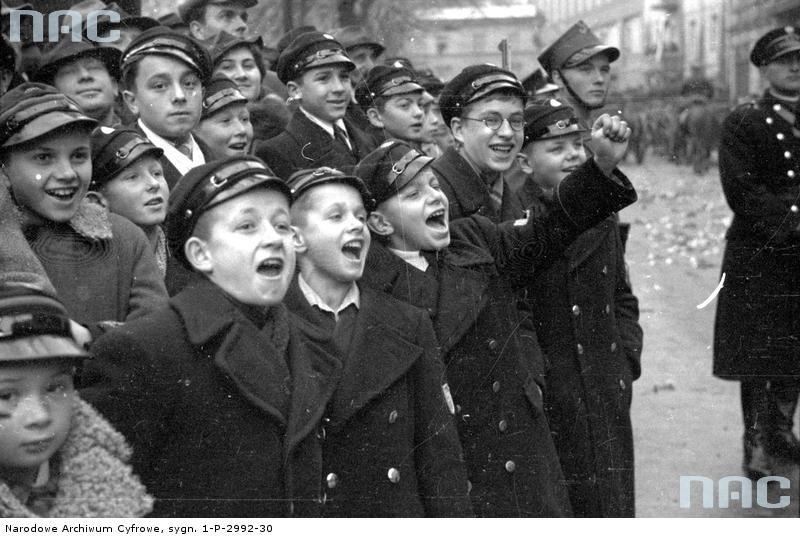 Chłopcy oglądający defiladę podczas obchodów Święta Niepodległości w Krakowie, 1937 rok