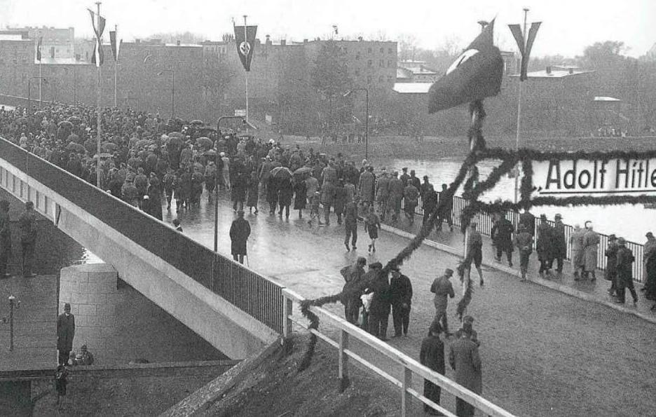 """Uroczyste otwarcie """"Adolf-Hitler-Brϋcke"""" w maju 1933 roku. Otwarcie dwujezdniowej przeprawy z betonową nawierzchnią było wielkim wydarzeniem"""