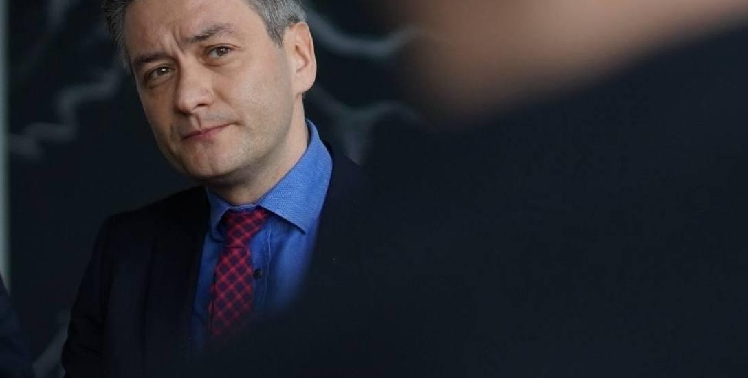 W sierpniu prezydent Słupska zaprzeczył doniesieniom na temat jego nowej partii i zapewnił, że nie zakłada ugrupowania. Tymczasem partia Kocham Polskę