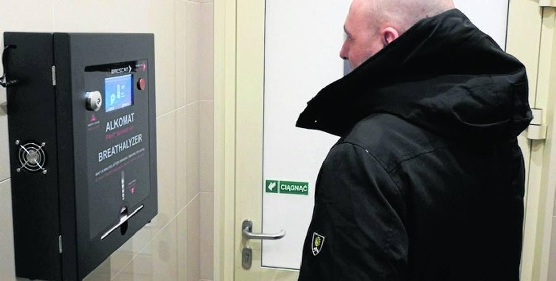 Alkomaty znajdują się na ścianie w korytarzu  tuż przy toaletach. Są czynne w godzinach otwarcia stacji.
