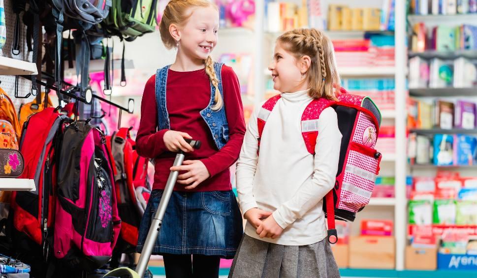 Film do artykułu: Mimo że w sierpniu zostawimy w sklepach ponad 1,7 tys zł, to nie będzie koniec naszych szkolnych wydatków.