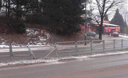 Młody kierowca forda jechał za szybko. Zatrzymał się na barierkach.