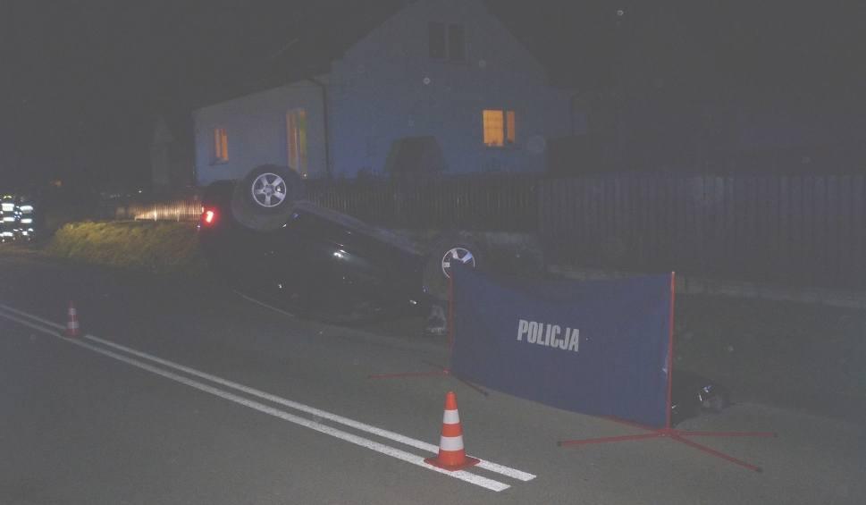 Film do artykułu: Wypadek w gminie Pawłów: Po zmroku samochód śmiertelnie potrącił pieszego