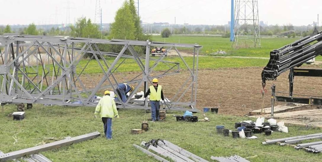 W Brzegach zaczęto demontować słupy wysokiego napięcia.