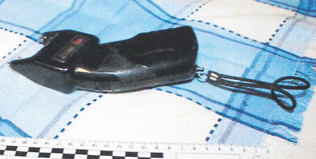 Paralizator znaleziony u oskarżonych w trakcie przeszukania. Były również kominiarki oraz urządzenia do podsłuchiwania